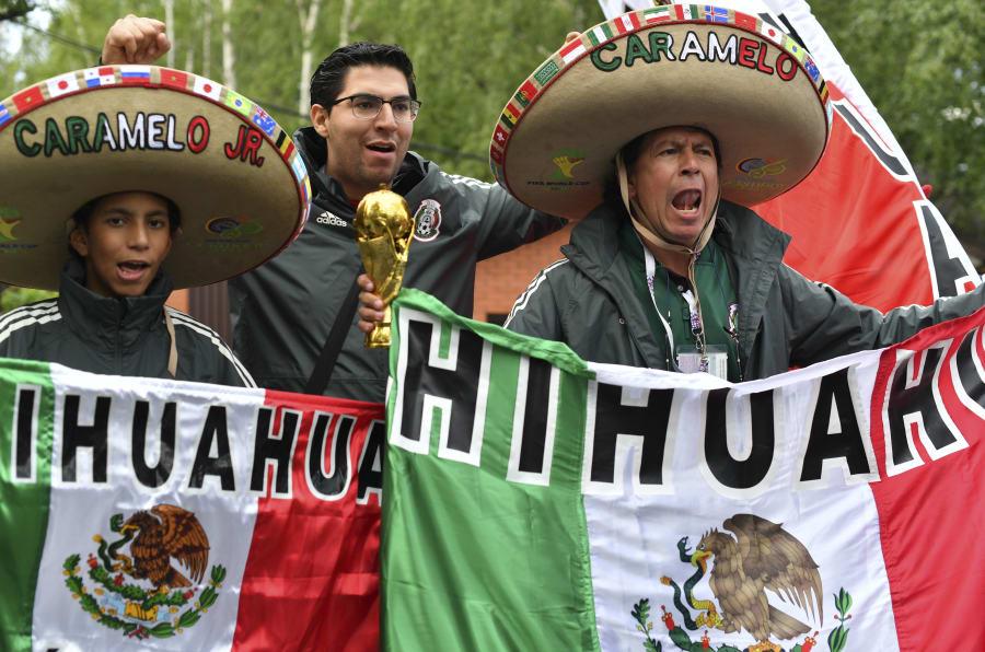 Seguidores de la Selección Mexicana afuera del centro de entrenamiento Novogorsk, mientras esperaban la llegada de los jugadores del Tri a Moscú.