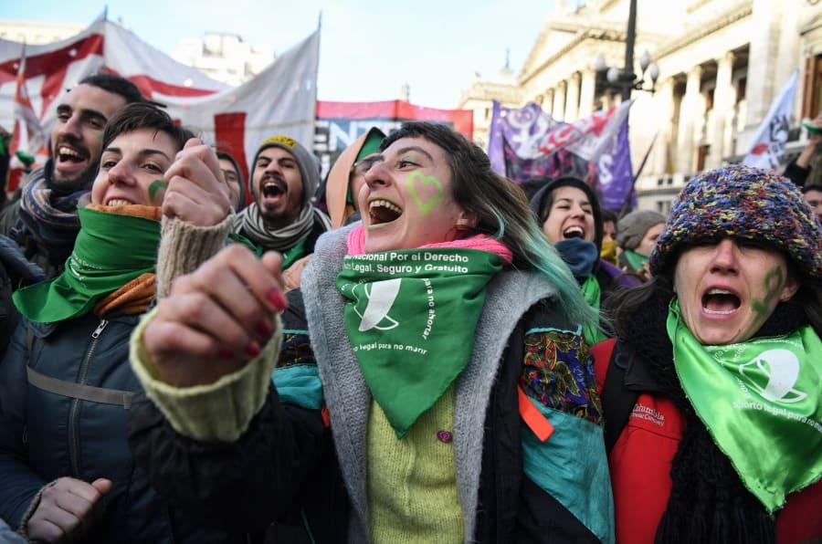 Milhares de argentinas foram às ruas, de ambos os lados, para pressionar os parlamentares sobre a legalização do aborto.