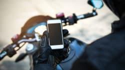 Ce motocycliste aperçu cellulaire à la main sur
