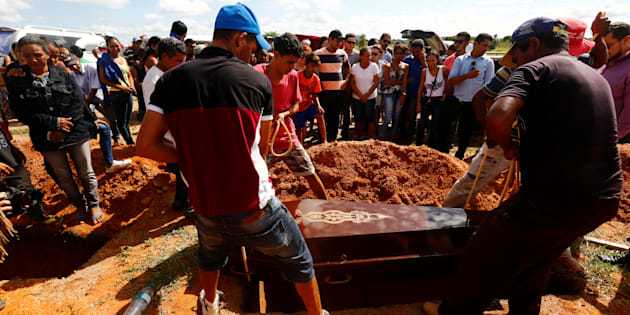 Familiares enterram vítimas de chacina no município de Pau d'Arco, no Pará.