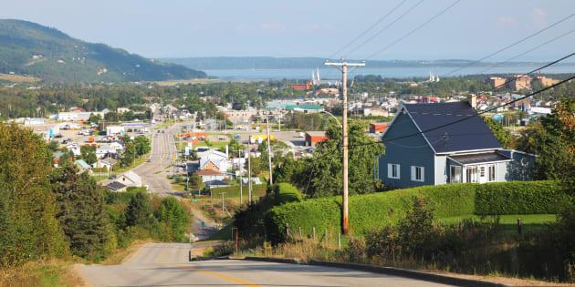 Le Québec des régions, c'est 927municipalités et villages de moins de 5000habitants, dont les territoires sont presque exclusivement ruraux. C'est la ville de Baie-Saint-Paul (Charlevoix) qui est représenté ici.