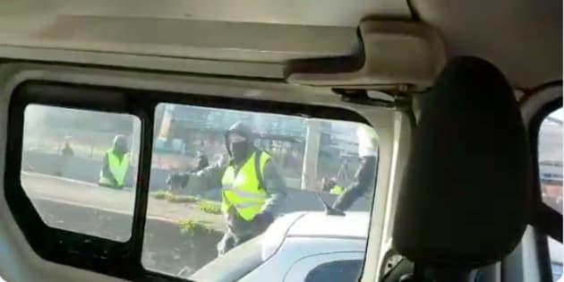 Deux policiers ont filmé l'attaque de leur fourgon par des casseurs à Lyon ce samedi 16 février.