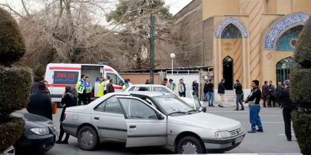 Des proches des passagers iraniens à bord du vol EP3704 se rassemblent devant une mosquée près de l'aéroport Mehrabad de Téhéran, dimanche.