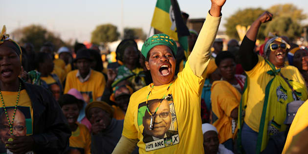 Supporters of the African National Congress chant slogans during ANC president Jacob Zuma's election campaign in Atteridgeville a township located to the west of Pretoria, South Africa July 5, 2016. REUTERS/Siphiwe Sibeko