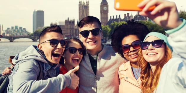 Un groupe de jeunes gens avec un smartphone (illustration)