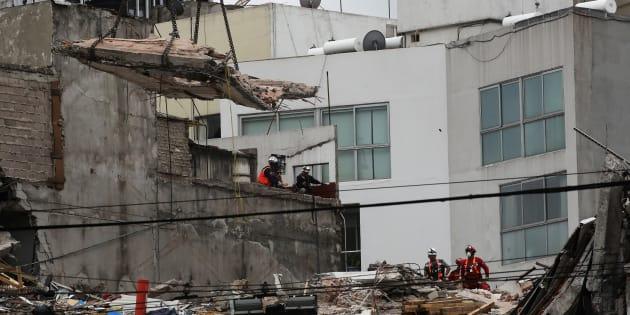 Miembros del equipo de rescate trabajan en los escombros de un edificio derrumbado en la Avenida Álvaro Obregón en la Condesa, el 29 de septiembre de 2017.