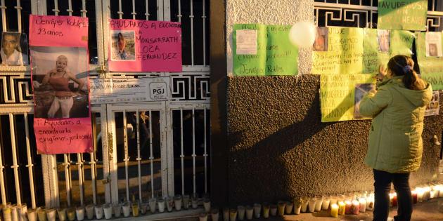 """Familiares de doce personas que desaparecieron en un bar llamado """"Heaven"""" protestan frente al bar """"Heaven"""" en México."""