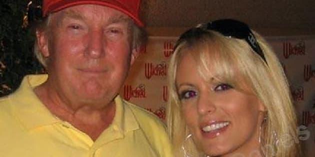 Donald Trump con la pornostar Stephanie Clifford in una foto del 2006