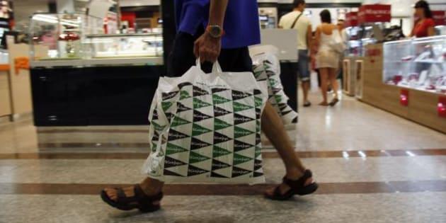 ¿Por qué en Mercadona cobran las bolsas de plástico y en Zara y El Corte Inglés no?