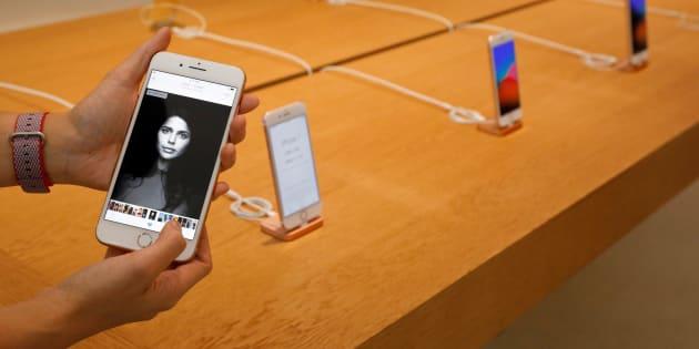 Un empleado de Apple sostiene el nuevo iPhone 8 Plus que la empresa lanzó este año.