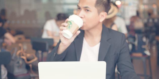 Hombre tomando una bebida de Starbucks.
