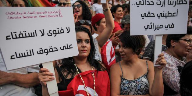 Une femme brandit une pancarte indiquant «Pas de fatwa, pas de référendum sur les droits des femmes» lors de la célébration de la Journée nationale de la femme, en Tunisie. Les manifestants ont appelé à l'égalité des sexes, au droit à l'héritage des femmes et aux droits pour la communauté LGBT. Les manifestants ont également protesté contre le parti islamiste Ennahda, en août 2018.