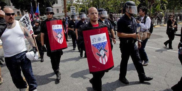 Grupo de supremacistas brancos em passeata.