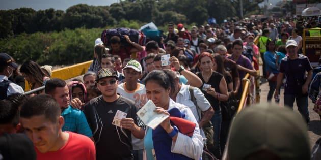 Des centaines de Vénézuéliens s'apprêtent à passer le pont Simon Bolivar à la frontière avec la Colombie le 10 juin 2018.