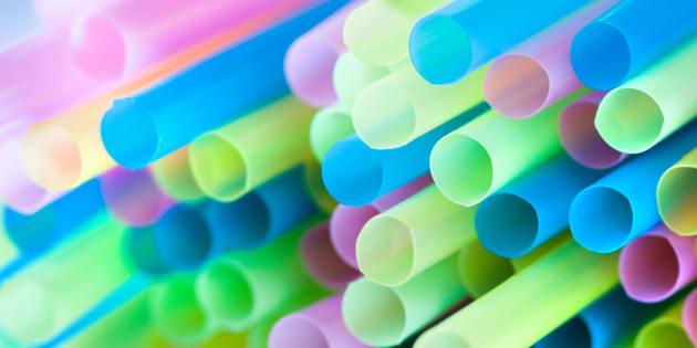 Par quoi remplacer les pailles en plastique qui polluent les océans