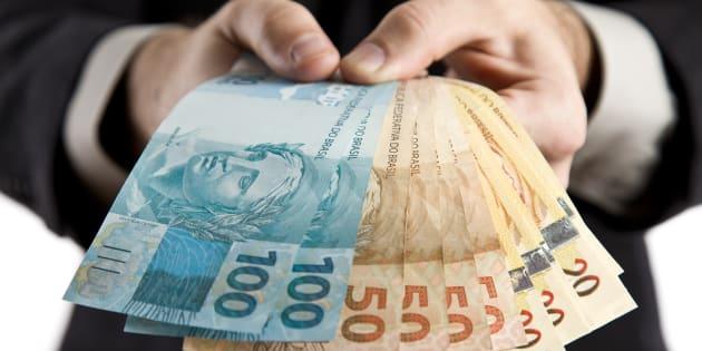 Brasil gasta R$ 277 milhões por ano com servidores públicos, que têm rendimento, em geral, maior do que o setor privado.