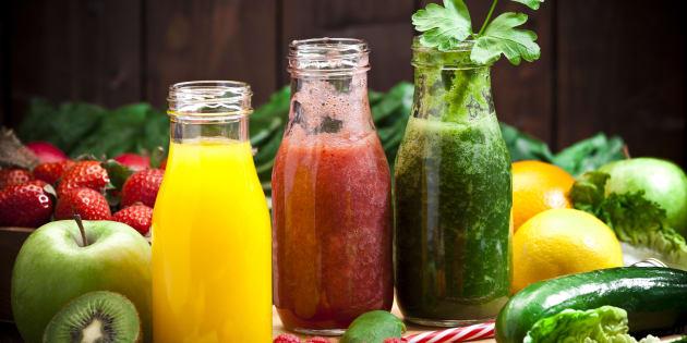 O suco, feito com couve e outros diferentes ingredientes, é fonte de fibras, vitaminas, minerais, clorofila, ácidos fenólicos e flavonóides.