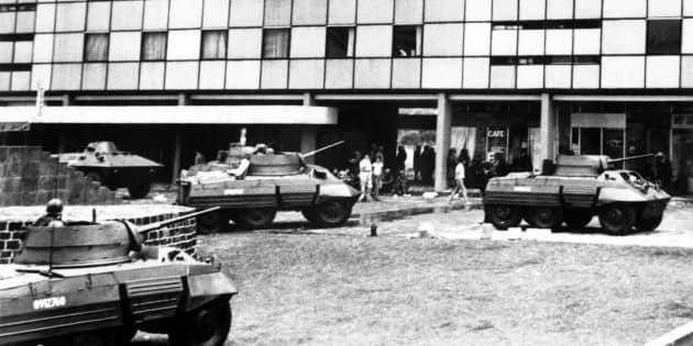 ARCHIVO   Soldados patrullan cerca de la plaza de las Tres Culturas en ciudad de México después de los enfrentamientos entre oficiales de policía y estudiantes durante una manifestación el 4 de octubre de 1968, antes de los Juegos Olímpicos de Verano de 1968.