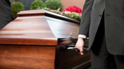 Vedova ritarda al funerale del marito e viene multata a