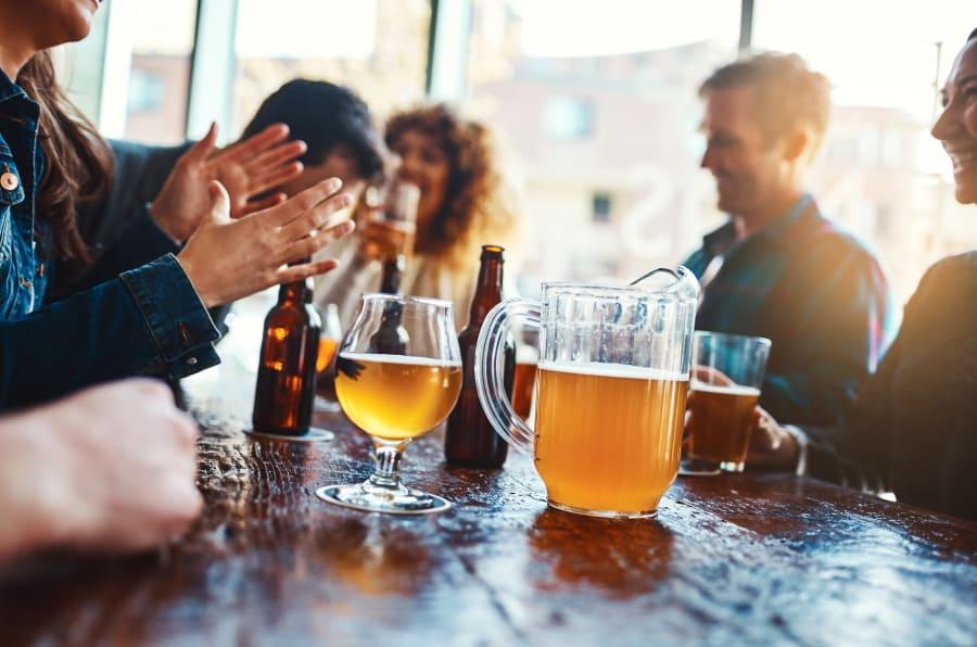 Un grupo de amigos bebiendo cerveza. ¿Por qué te hace cada vez más daño el alcohol?