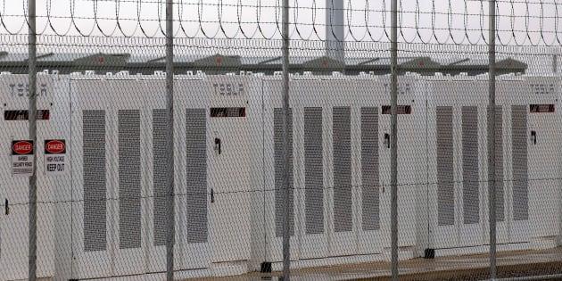 Les batteries powerpack de Tesla, capables de stocker l'énergie, sont connectées au parc éolien de Neoen à Hornsdale.