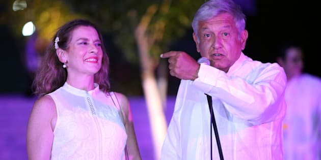 Andrés Manuel López Obrador, candidato de la alianza conformada por Morena-PES-PT, acompañado de su esposa Beatriz Gutiérrez Müler, en el tercer debate presidencial llevado a cabo en Mérida, Yucatán.