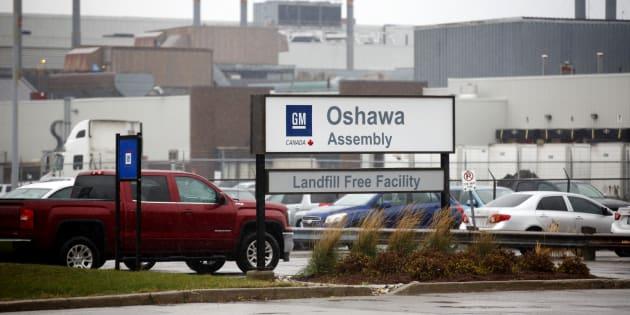 Vehículos estacionados afuera de la planta de ensamblaje de General Motors Co. Oshawa en Oshawa, Ontario, Canadá, el lunes 26 de noviembre de 2018, cuando se anunció que General Motors Co. recortará a más de 10 mil empleados asalariados y obreros de fábrica y cerrará cinco fábricas en Norteamérica a fines de 2019.