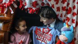 Justin Trudeau ayuda a una niña a construir su rincón