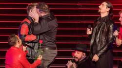 Un beso entre un Backstreet Boy y un