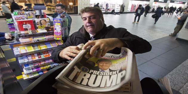 Un homme achète le New York Post le matin du 9 novembre à New York, au lendemain de l'élection de Donald Trump.  (AP Photo/Mark Lennihan)