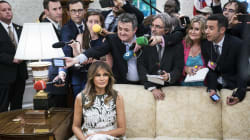 La foto di Melania seduta da sola nella Sala Ovale circondata dai giornalisti è diventata virale (per il motivo