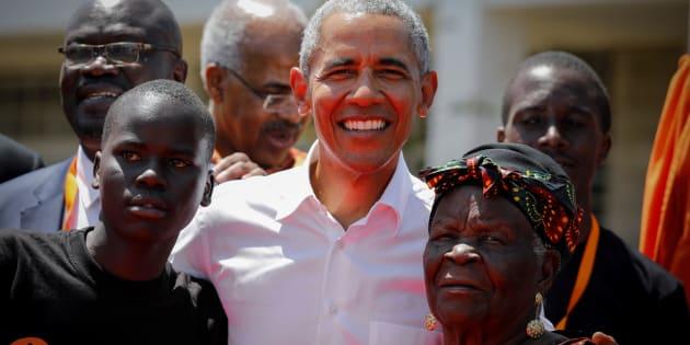 El expresidente estadounidense Barack Obama posa junto a su abuelastra Sarah Onyango Obama (derecha) y un estudiante durante la ceremonia de bienvenida del Centro de Formación Profesional y Deportiva Sauti Kuu en Kogelo.