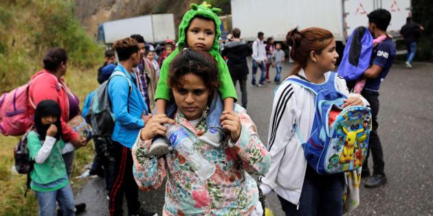 Migrantes hondureños caminan hacia el control fronterizo de Agua Caliente en el municipio de Esquipulas, Guatemala para continuar su viaje hacia EU.