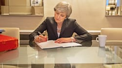 Il discorso sofferto di Theresa. Il contestatore, la tosse e le scuse per la sconfitta di