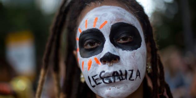 Milhares de brasileiras foram às ruas em 2017 protestar contra a PEC 'Cavalo de Troia', que, caso aprovada, pode tornar o aborto proibido até em caso de estupro.