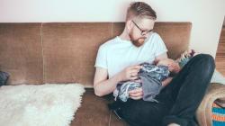 Los padres ya se cogen más permisos al nacer el hijo que las