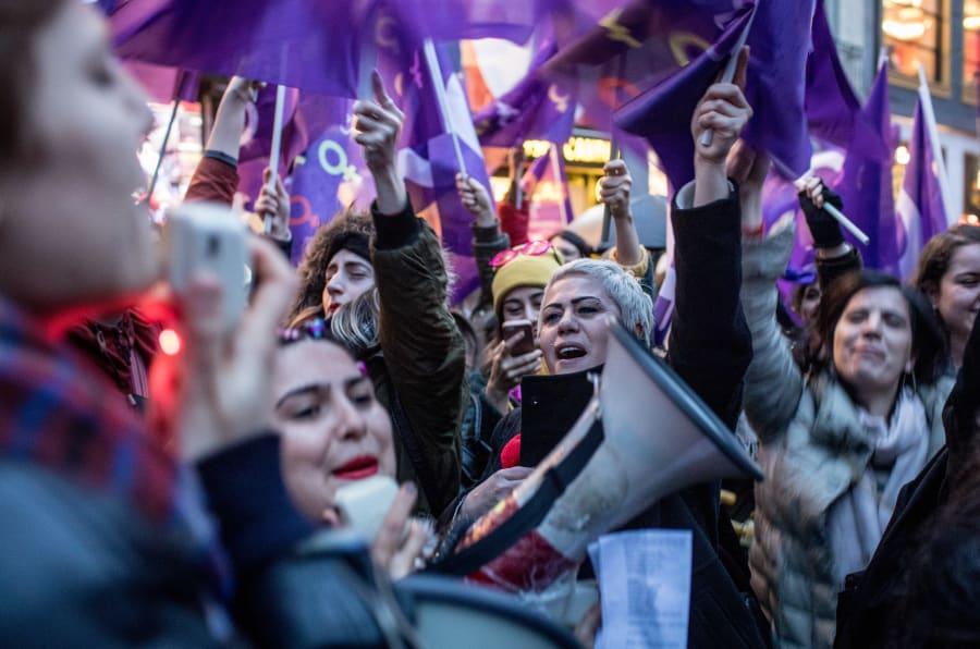 Mulheres ao redor do mundo tomam as ruas em manifestações na greve geral.