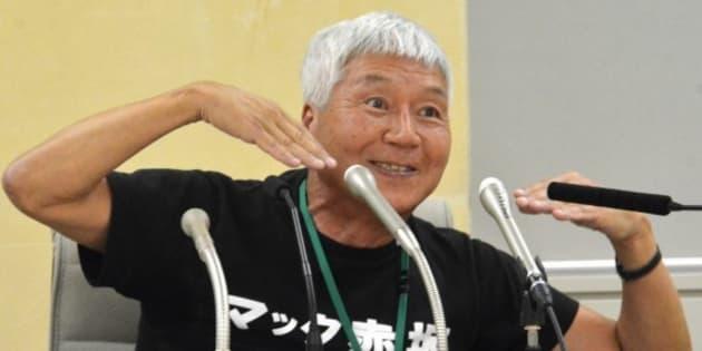 都庁で記者会見し「スマイル!」のポーズを取るマック赤坂氏= 2017年6月8日