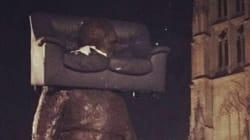 Bordeaux a fait très fort avec ce canapé sur la tête d'une statue de 3