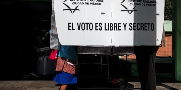 Una mujer deposita su voto, en la elección del pasado 1 de julio.