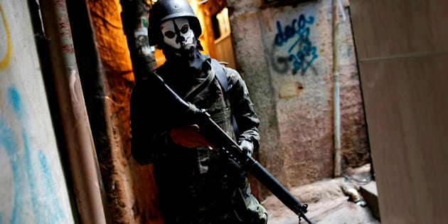 A member of the armed forces takes up position during a operation after violent clashes between drug gangs in Rocinha slum in Rio de Janeiro, Brazil September 25, 2017. REUTERS/Bruno Kelly