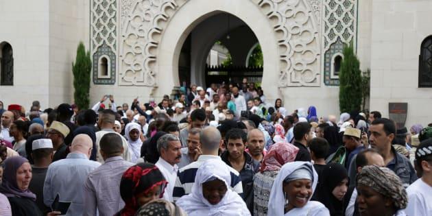 Ramadan France 2018: la date fixée à jeudi (photo d'illustration : des musulmans devant la Grande Mosquée de Paris le 25 juin 2017)