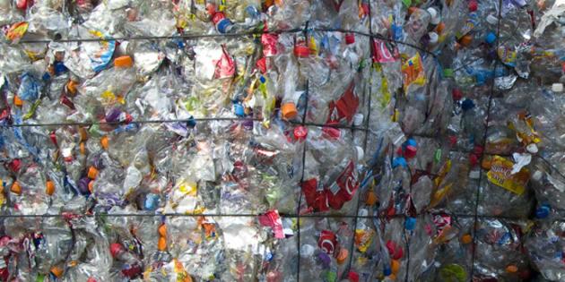 Des bouteilles de plastique prêtes à être recyclées.