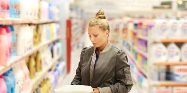Una mujer consulta la etiqueta de un producto en un supermercado.