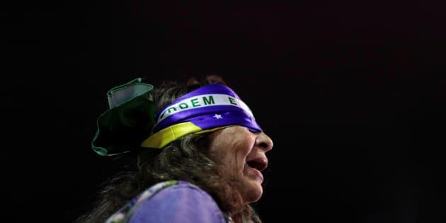 Manifestante em protesto contra a corrupção no Brasil.