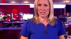 La giornalista della Bbc lancia un servizio sportivo mentre alle sue spalle scorrono immagini
