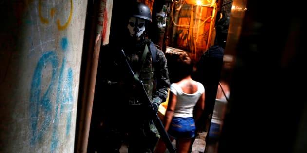 Membro das Forças Armadas em operação na Rocinha, no Rio de Janeiro.