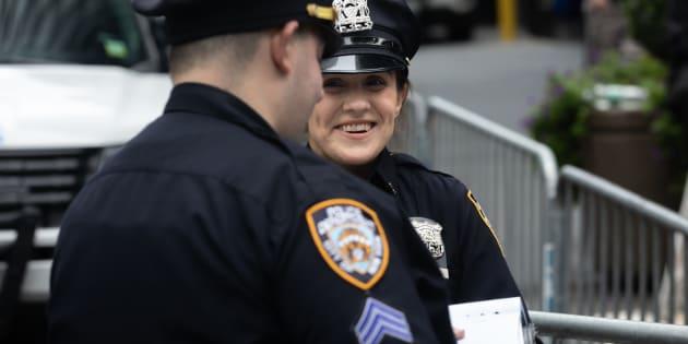 Des officiers de la police new-yorkaise dans les rues de Manhattan.