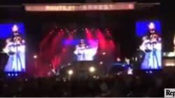Spari sulla folla al concerto country a Las Vegas: il cantante si accorge dell'attacco e scatta il panico tra la