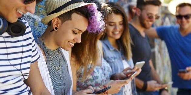 """In Italia dai 14 anni puoi usare i social """"da solo&quot"""
